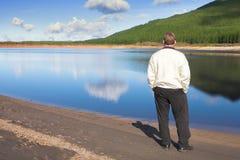 Junger Mann in dem See Stockbild