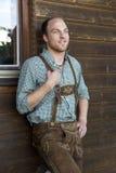 Junger Mann in den bayerischen Lederhosen Lizenzfreies Stockfoto