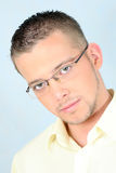 Junger Mann in den Gläsern stockfotos