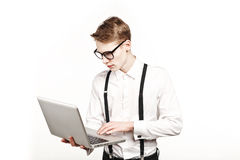 Junger Mann in den Gläsern mit Laptop mit Gefühl Stockbild
