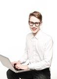 Junger Mann in den Gläsern mit Laptop mit Gefühl Lizenzfreie Stockbilder
