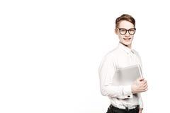 Junger Mann in den Gläsern mit Laptop mit Gefühl Lizenzfreie Stockfotografie
