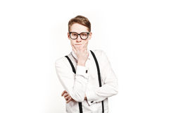 Junger Mann in den Glasüberraschungen und im Schockdenken Stockfoto