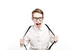 Junger Mann in den Glasüberraschungen und -schock schreiend Stockbild