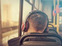 Junger Mann in den Kopfhörern in einer Tram Lizenzfreie Stockfotos