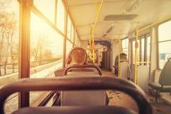 Junger Mann in den Kopfhörern in einer Tram Stockfotografie