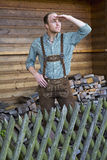 Junger Mann in den Lederhosen, die den Abstand untersuchen Lizenzfreies Stockfoto