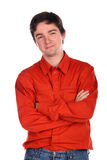 Junger Mann in den roten Hemdkreuzhänden Stockfotos