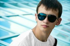 Junger Mann in den Sonnenbrillen stockfotos