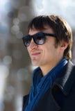Junger Mann in den Sonnenbrillen mit Reflexion in ihr Stockbild
