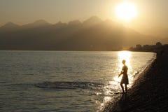 Junger Mann in den Strahlen der Sonne gehend zu schwimmen Lizenzfreies Stockbild
