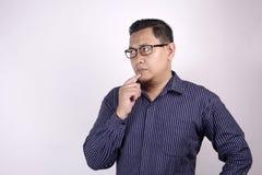 Junger Mann-denkender Ausdruck, schauend zur Seite stockfotos