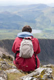 Junger Mann, der über Bergen schaut Lizenzfreies Stockbild