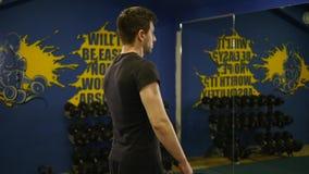 Junger Mann, der Übung in der Turnhalle tut stock footage