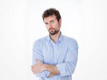Junger Mann in der Abendtoilette mit Ausfragenanstarren Stockfotografie