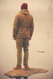 Junger Mann, der alleinim freien steht Lizenzfreie Stockbilder