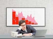 Junger Mann, der am Arbeitsplatz schläft Lizenzfreie Stockbilder