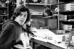 Junger Mann an der Arbeitssite lizenzfreie stockfotos