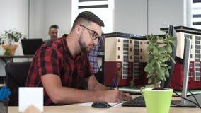Junger Mann, der an architektonischer Gestaltung arbeitet stock video footage