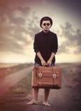Junger Mann der Art mit Koffer Stockfotografie