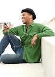 Junger Mann, der auf Anruf am Handy hört Lizenzfreie Stockfotos