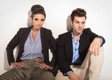 Junger Mann, der auf dem Boden nahe bei seiner Freundin sitzt Lizenzfreies Stockfoto