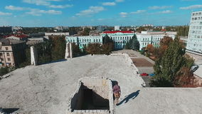 Junger Mann, der auf dem Dach eines Hochhauses läuft aerial stock video