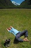 Junger Mann, der auf dem Gras stillsteht Stockbild