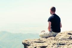 Junger Mann, der auf den Berg sich entspannt Lizenzfreie Stockfotografie