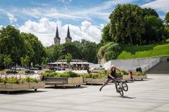 Junger Mann, der auf einem BMX in Tallinn, Estland betrügt stockfotos