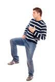 Junger Mann, der auf einem Fahrwerkbein steht Stockfotografie