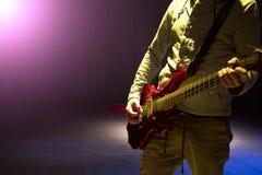 Junger Mann, der auf elektrischer Gitarre spielt Lizenzfreie Stockfotos
