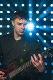Junger Mann, der auf elektrischer Gitarre spielt Stockbilder
