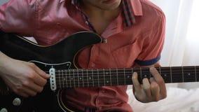 Junger Mann, der auf Gitarre spielt Abschluss oben stock video