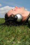 Junger Mann, der auf Gras liegt Stockfoto