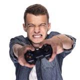 Junger Mann, der auf Konsole oder Computer spielt lizenzfreies stockfoto