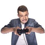 Junger Mann, der auf Konsole oder Computer spielt lizenzfreies stockbild