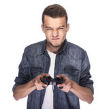 Junger Mann, der auf Konsole oder Computer spielt stockfoto