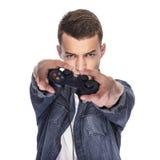 Junger Mann, der auf Konsole oder Computer spielt stockfotos