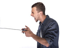 Junger Mann, der auf Konsole oder Computer spielt stockbilder