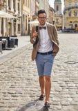 Junger Mann, der auf Stadt geht Stockfotos