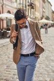 Junger Mann, der auf Stadt geht Lizenzfreies Stockfoto