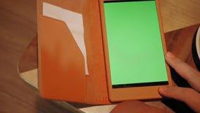 Junger Mann, der auf Tablet-Computer, Plaudern, bloging schreibt Erfolgreiche Leute, Gesch?ftsmann im bequemen Caf? Hohes großes stock video footage