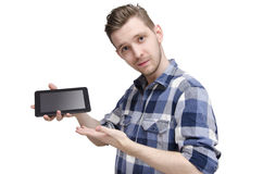 Junger Mann, der auf Tablette hält und zeigt Stockfoto