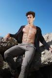 Junger Mann der Ausstattung Öffnen Sie Hemd und muskulösen Körper Auf dem Felsen Stockbild