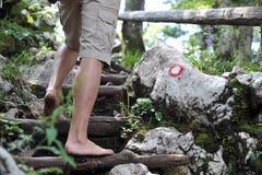 Junger Mann, der barfuß klettert Lizenzfreie Stockbilder