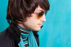 Junger Mann der britischen Hüfte des indie Knallfelsenblickes Retro- Stockfoto
