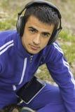 Junger Mann, der das Hören Musik auf Tablette genießt stockbild