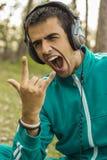 Junger Mann, der das Hören Rockmusik genießt stockfoto