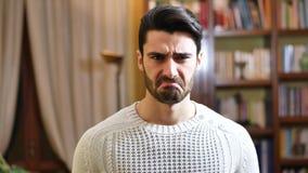 Junger Mann, der das lustige Gesicht, schauend tut angewidert stock video
